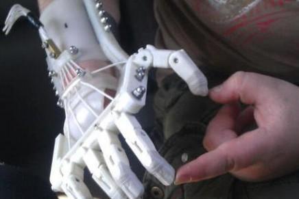 Un padre fabrica a su hijo una mano protésica en 3D gracias a un diseño Open Source