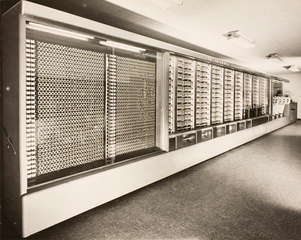 Harvard Mark I Uno de los primeros 'grandes' equipos de IBM, estuvo 15 años operando en Harvard admitiendo números de hasta 23 cifras decimales.